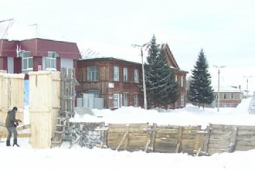Возводят снежный городок
