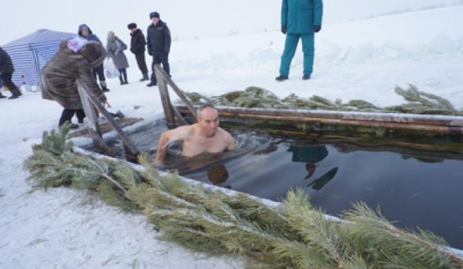 Фоторепортаж с купания в крещенской купели в Новичихе