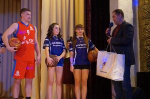 В. В. Кондратьев вручает спортивную форму баскетбольной команде ДЮСШ