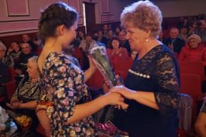 Поздравления принимает ветеран труда Л. А. Кузнецова