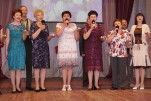 Коллектив исполняет гимн журналистов