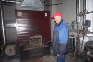 Мастер участка И. И. Горячих проверяет готовность школьной котельной