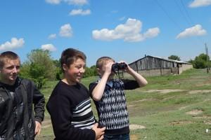 школьники наблюдают прилёт птиц