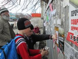 школьники расклеивают противопожарные листовки