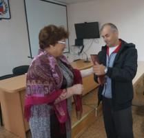 Грамоту получает В. Г. Протасов