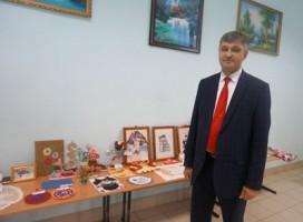 А. А. Мищерин знакомится с выставкой детского творчества