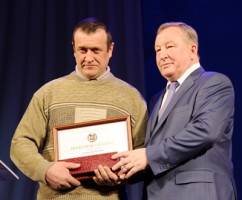 Грамоту получает Ю. Н. Галушкин