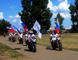 Колонну спортсменов возглавляют мотоциклисты