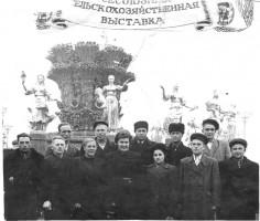 А. Л.Богомаз (1 ряд 2 слева) на выставке в Москве. 1954 год