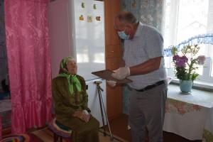 С.Л. Ермаков поздравляет именинницу