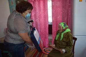 Т.И. Мирошниченко вручает подарок от Правительства Алтайского края